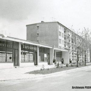 Widok na pawilon handlowy i zakład tapicerski,  ul. Polna, 1970 r.