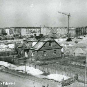 Widok na istniejący dom i plac (po prawej) na którym wybudowano pawilon handlowy z zakładem Tapicer. ul. Polna ok. 1966 r.