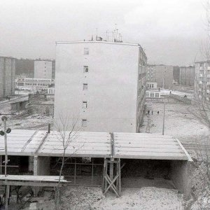 Widok na budowę pawilonu handlowego z zakładem tapicerskim. ul. Polna ok. 1967 r.