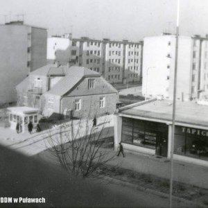Widok na pawilon handlowy z zakładem tapicerskim, ul Polna, 14 grudnia 1968 r.